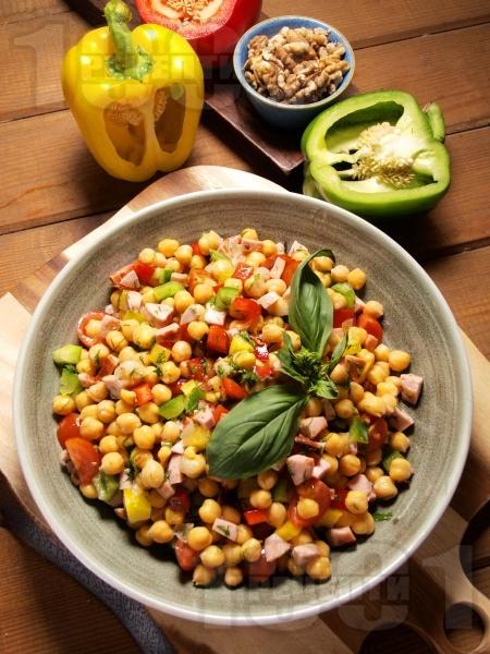 Салата от варен нахут, кълцани свежи зеленчуци (чушки, чери домати) и препечени кренвирши - снимка на рецептата